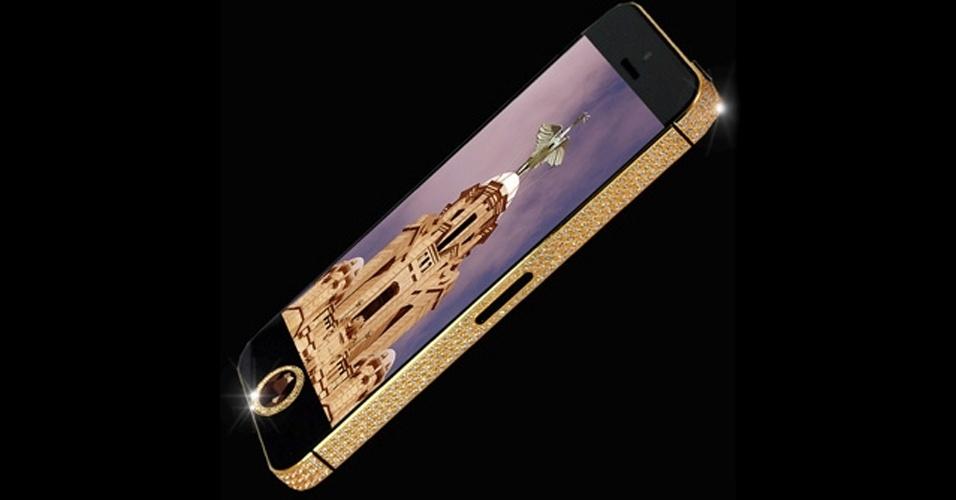 17.abr.2013 - O iPhone 5 da foto acima pode ser considerado ''o mais caros do mundo'': ele é vendido pelo equivalente a R$ 33 milhões (11 milhões de libras). Com carcaça de ouro, 600 diamantes encrustados em toda sua borda e mais um diamante preto raro no lugar do botão home, esse iPhone 5 é uma peça única criada pelo designer Stuart Hughes. Essa, por enquanto, é a criação mais cara de Hughes, que anteriormente tinha lançado um iPhone 4S de R$ 18 milhões