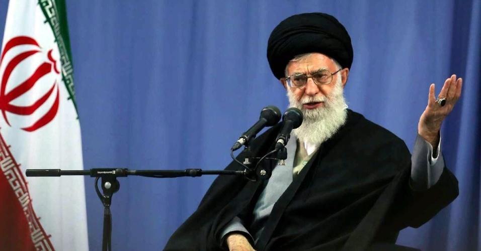 """17.abr.2013 - O líder supremo do Irã, o aiatolá Ali Khamenei, condenou nesta quarta-feira (17) o atentado em Boston (Estados Unidos), assim como atividades orientadas ao """"assassinato de pessoas inocentes"""", mas criticou a postura """"contraditória"""" dos Estados Unidos sobre a """"morte de inocentes"""" em outros países. A imagem do evento em Teerã no qual o aiatolá fez as declarações foi divulgada pelo site oficial de Khamenei"""
