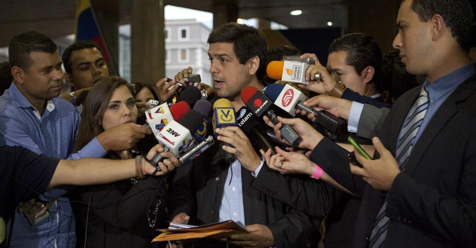 17.abr.2013 - O prefeito de Sucre e líder nacional da oposição venezuelana, Carlos Ocarz, fala com a imprensa ao chegar no CNE (Conselho Nacional Eleitoral), em Caracas. A oposição venezuelana apresentou nesta quarta-feira (17) um pedido formal ao CNE para a recontagem de 100% dos votos das eleições presidenciais de domingo, que deram uma vitória apertada ao chavista Nicolás Maduro