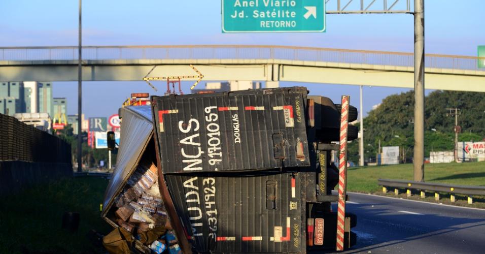 17.abr.2013 - O tombamento de um caminhão na altura do km 146 da rodovia Presidente Dutra, em São José dos Campos (SP), sentido Rio de Janeiro, deixou o trânsito lento na região na manhã desta quarta-feira (17)