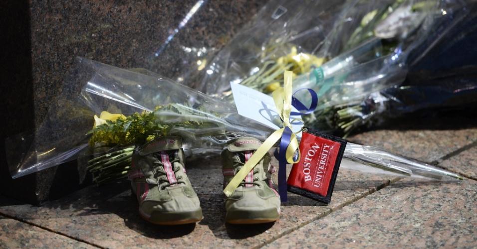 17.abr.2013 - Objetos deixados em local na Universidade de Boston em memória de Lu Lingzi, chinesa de 23 anos que é uma das vítimas dos atentados que mataram três pessoas durante a Maratona de Boston (EUA). Lingzi era estudante de estatística