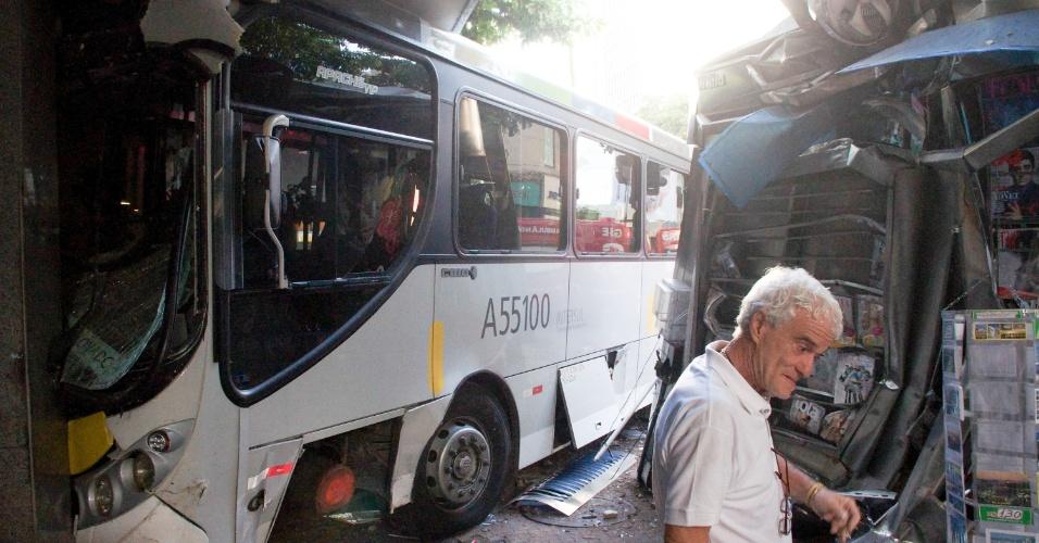 17.abr.2013 - Ônibus bate em carro e sobe na calçada na esquina das ruas Visconde de Pirajá e Garcia d'Ávila, em Ipanema, na zona sul do Rio de Janeiro, na manhã desta quarta-feira (17). Após a batida, o coletivo subiu a calçada, derrubou um relógio, arrastou uma banca de jornais e invadiu a portaria de um edifício. Segundo os bombeiros, quatro pessoas ficaram levemente feridas e foram encaminhadas para o Hospital Miguel Couto. A via foi inicialmente bloqueada, mas já foi liberada