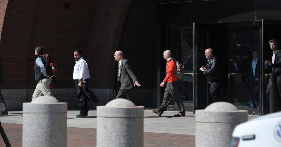 17.abr.2013 - Pessoas deixam o prédio do tribunal federal de Boston, nesta quarta-feira (17), após ordem das autoridades de segurança para que o prédio fosse esvaziado