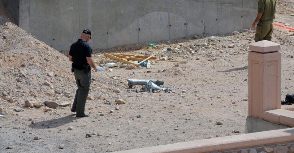 17.abr.2013 - Policial israelense inspeciona local onde caiu projéteis de dois foguetes que atingiram a cidade de Eilat, no sul de Israel, onde também foram ouvidas várias explosões