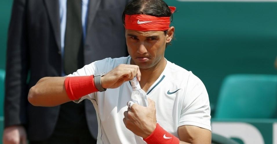 17.abr.2013 - Rafael Nadal abre garrafa de água durante sua vitória sobre Marinko Matosevic na estreia em Monte Carlo