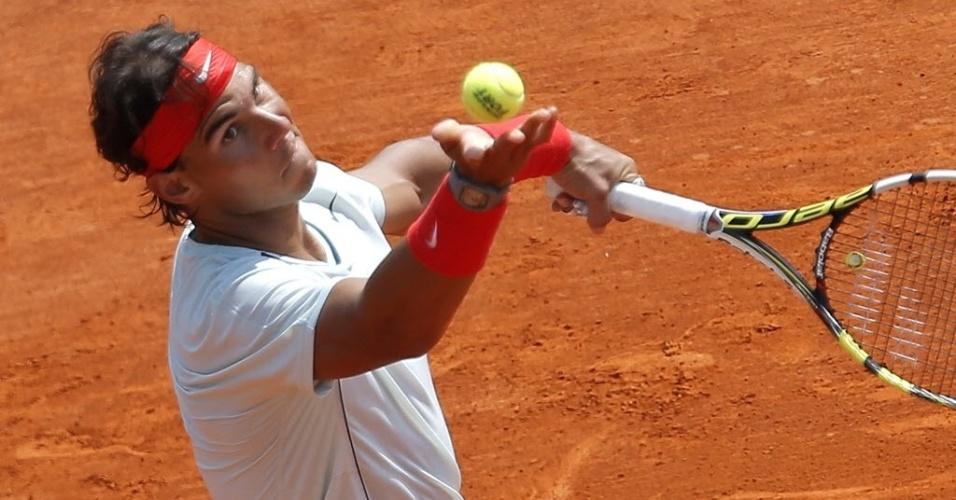 17.abr.2013 - Rafael Nadal se prepara para sacar na partida em que derrotou o australiano Marinko Matosevic, em sua estreia e Monte Carlo