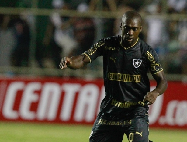 17.abr.2013 - Seedorf faz jogada pelo Botafogo na partida contra o Sobradinho-DF pela Copa do Brasil