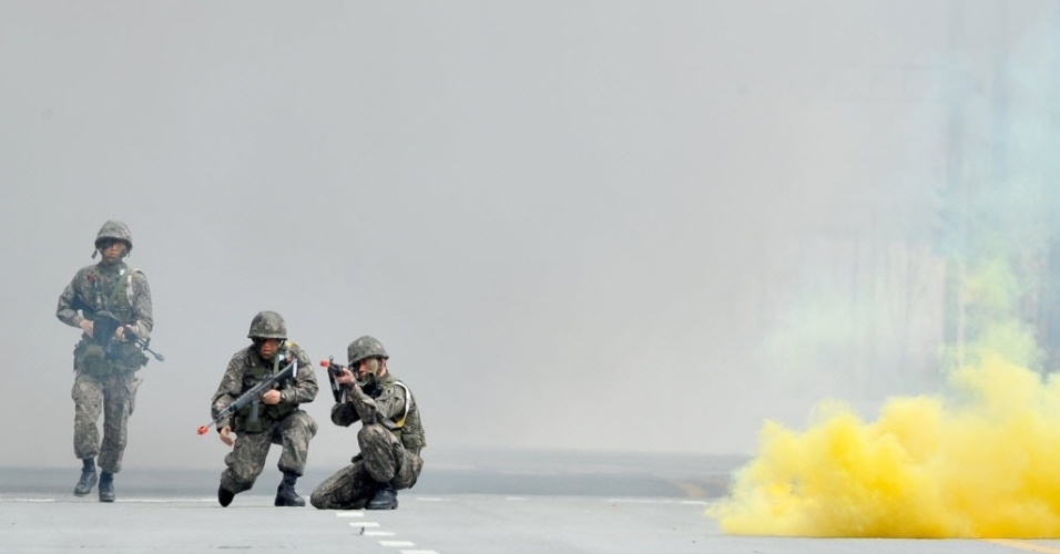 17.abr.2013 - Soldados das Forças Armadas sul-coreana caminham perto de fumaça enquanto realizam treinamento militar em Sejong, ao sul de Seul. Pyongyang ignorou o pedido feito nesta quarta-feira (17), pelo vizinho do sul, para que permitisse o acesso de executivos ao complexo industrial de Kaesong, para levarem comida a trabalhadores e checarem suas condições