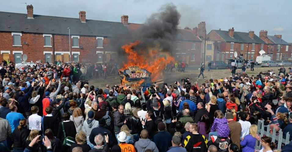 17.abr.2013 - Um boneco de Margaret Thatcher é queimado, junto com um sofá, em fogueira na cidade de Goldthorpe, do norte da Inglaterra, nesta segunda-feira (17). A dia do funeral da ex-primeira-ministra britânica foi acompanhado de diversas manifestações contrárias à líder conservadora