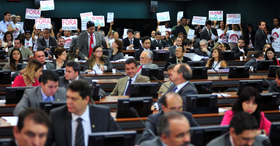 17.abr.2013 - Um grupo de cerca de 50 pessoas protestou na manhã desta quarta-feira (17) dentro da sala onde acontece a sessão da CCJ (Comissão de Constituição, Justiça e Cidadania) da Câmara dos Deputados. Eles pedem a saída dos deputados José Genoino (PT-SP) e João Paulo Cunha (PT-SP) da comissão. Eles foram condenados pelo STF (Supremo Tribunal Federal) no fim do ano passado no julgamento do mensalão