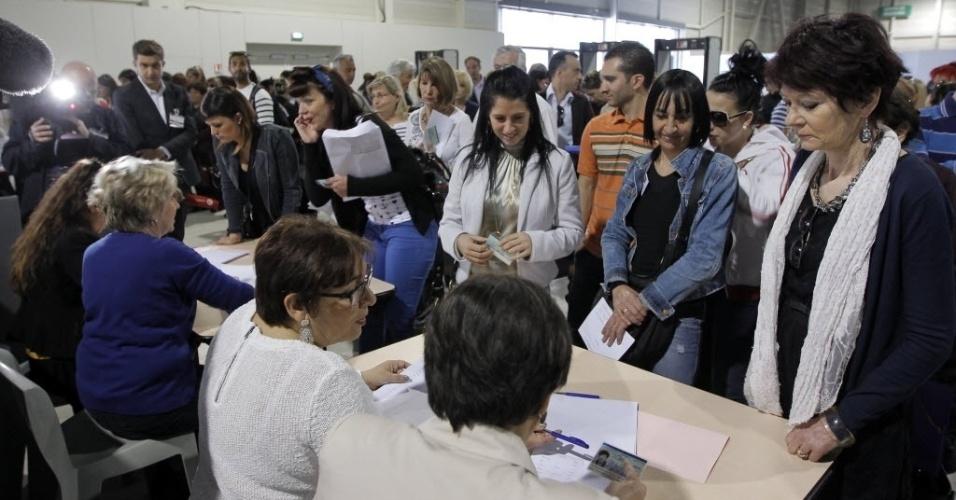 17.abr.2013 - Vítimas comparecem ao julgamento de cinco diretores da empresa francesa PIP, acusados de fraude pela fabricação de implantes mamários com um gel de silicone impróprio para uso médico, no tribunal correcional de Marselha, no sul da França