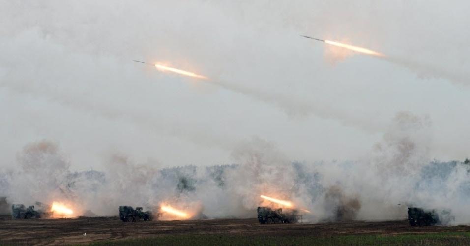 17.abr.2013 - Taiwan lança foguetes durante treinamento militar no oeste das ilhas Penghu, no estreito de Formosa, que separa a China de Taiwan, ao simular uma invasão pela China. O Ministério da Defesa de Taiwan informou que estas são as maiores manobras militares com fogo real desde 2008
