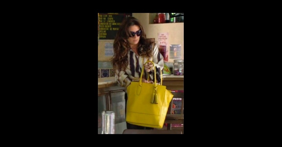 """A bolsa amarela usada por Helô (Giovanna Antonelli) em """"Salve Jorge"""" ajuda a acrescentar cor ao look e fez sucesso entre os telespectadores da Globo, no mês passado ela estava em sexto lugar na lista, em março subiu para a segunda posição (Tel.: 11 3071-3932)"""