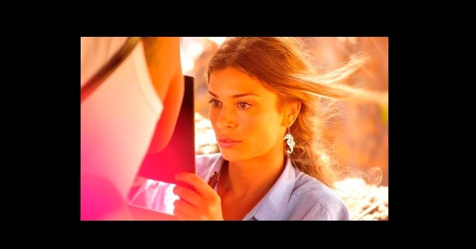 """A novela """"Flor do Caribe"""" estreou a pouco tempo e já agradou os fashionistas. O brinco de cavalo marinho usado por Ester (Grazi Massafera) ficou na penúltima posição da lista de acessórios mais pedidos na Globo e é do acervo pessoal da atriz"""