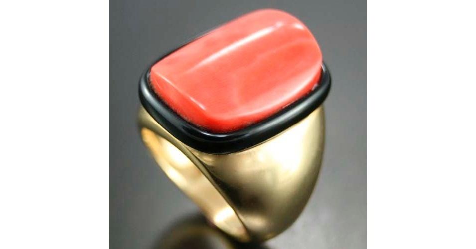Anel onix com coral vermelho; R$ 5.400, na APS Joias (www.apsjoias.com.br). Preço pesquisado em abril de 2013 e sujeito a alterações