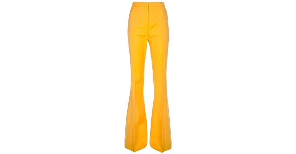 Calça amarela parecida com a usada por Helô (Giovanna Antonelli); R$ 1950, da Stella McCartney na Farfetch (www.farfetch.com.br). Preço pesquisado em abril de 2013 e sujeito a alterações