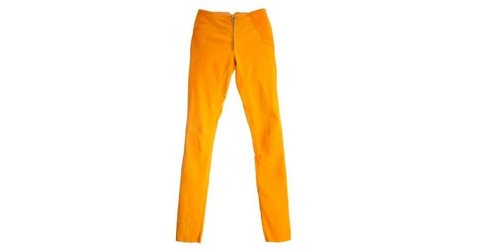 Calça de couro amarelo; R$ 2.920, na NK Store (www.nkstore.com.br). Preço pesquisado em abril de 2013 e sujeito a alterações