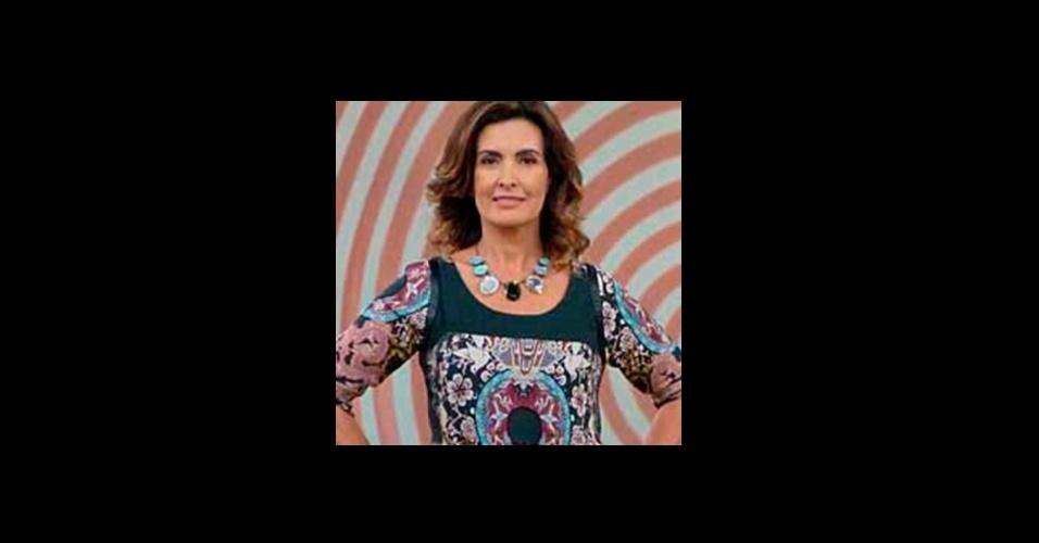 O maxicolar com pedras pretas, brancas e azuis, usado pela apresentadora Fátima Bernardes, é da loja Dona Nina Design e também agradou o público da Globo (www.donanina.com.br)