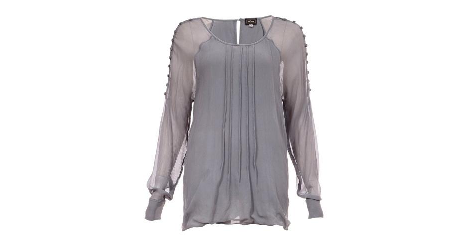 Opção de bata cinza de mangas longas e detalhe sobre os ombros e braços; R$ 621, da Moma, na Farfetch (www.farfetch.com.br). Preço pesquisado em abril de 2013 e sujeito a alterações