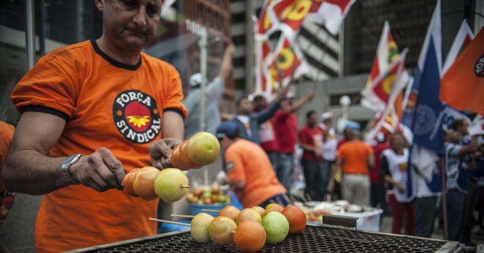 Sindicalistas realizam protesto contra o aumento de juros em frente ao Banco Central, em São Paulo. O Comitê de Política Monetária, do BC, decide nesta quarta-feira a nova taxa de juros oficial da economia