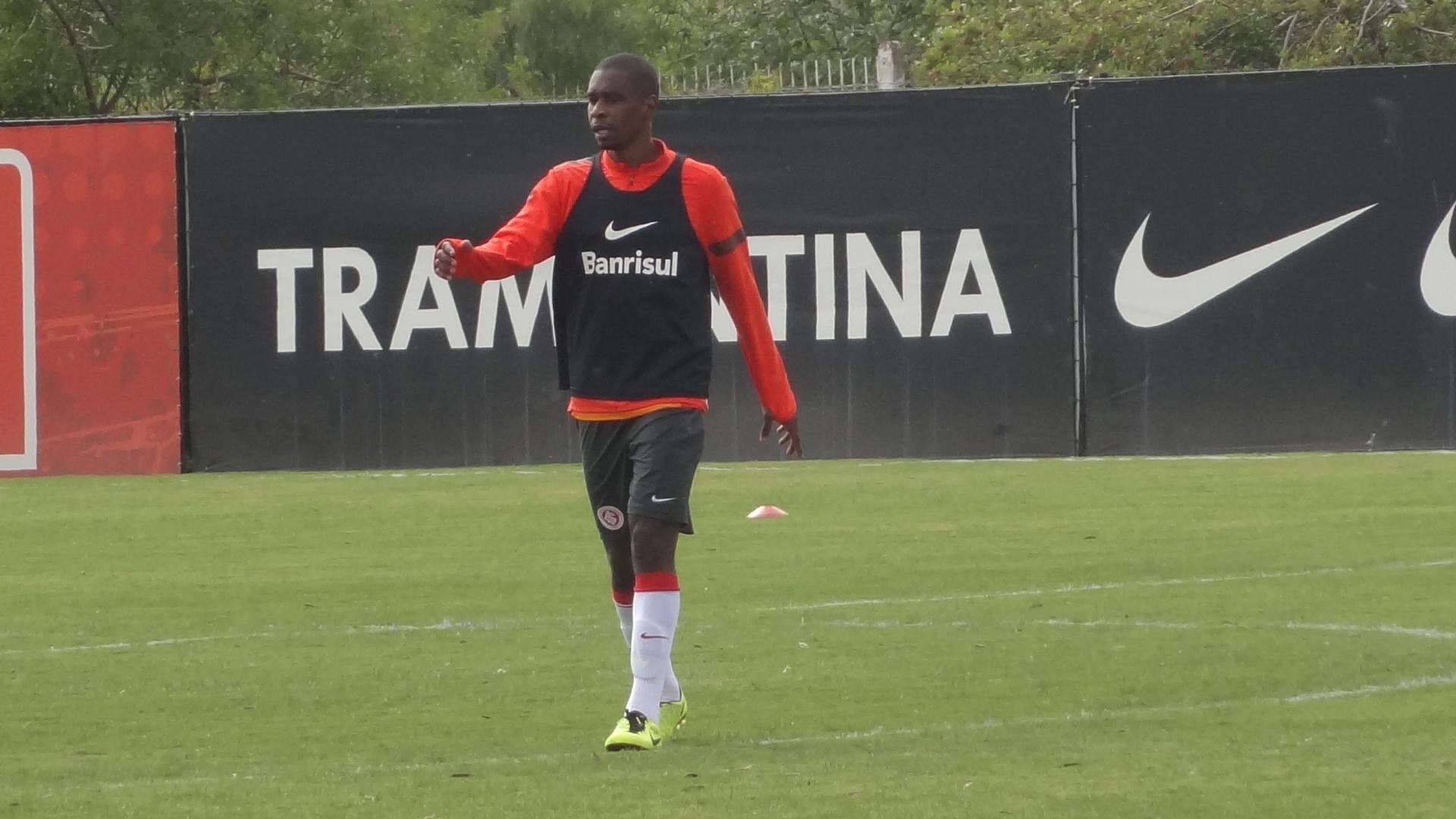 Zagueiro Juan volta a treinar com bola após ser desfalque no time do Inter (17/04/13)