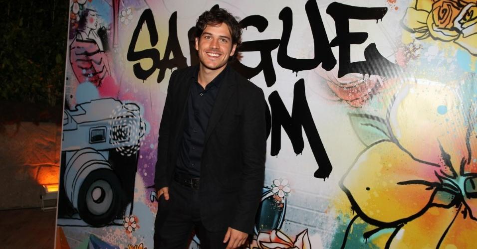 """17.abr.2013 - Marcos Pigossi prestigia a festa de lançamento de """"Sangue Bom"""" em São Paulo"""