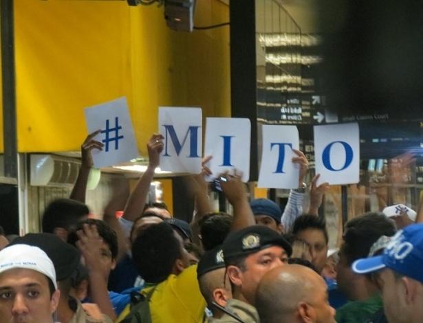 (18-4-2013) Torcida do Cruzeiro faz festa na chegada do zagueiro Dedé a Belo Horizonte