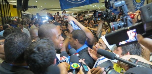 Dedé desembarca no aeroporto e é recebido com festa por torcedores do Cruzeiro