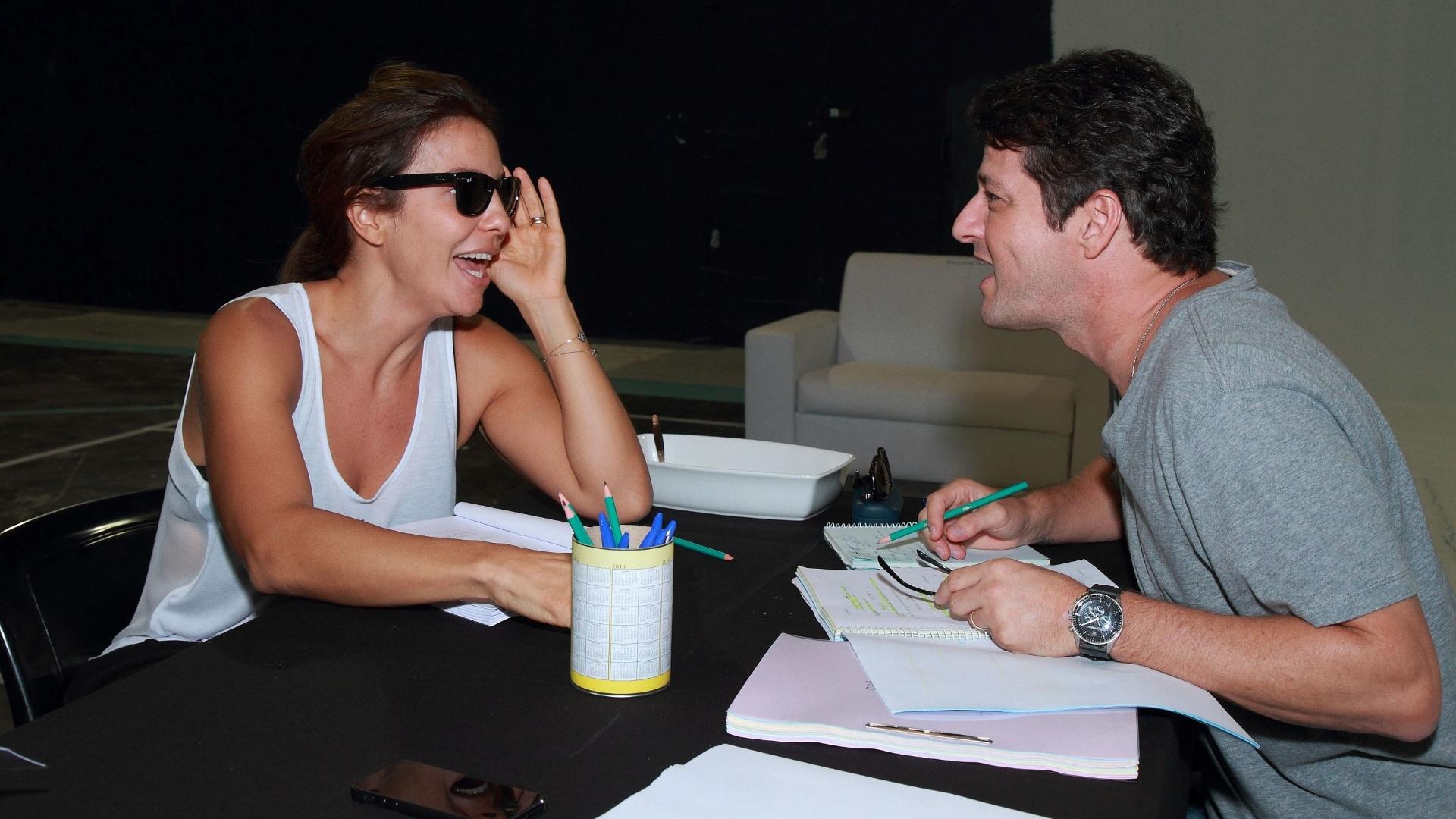 18.abr.2013 - A cantora Ivete Sangalo, que será a mãe de Crô no filme homônimo, ensaia com o ator Marcelo Serrado