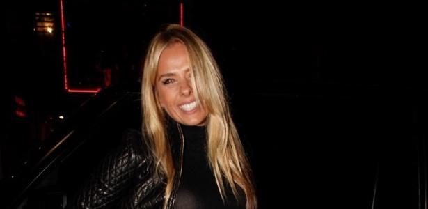 18.abr.2013 - Adriane Galisteu chega a restaurante para comemorar seus 40 anos, em SP