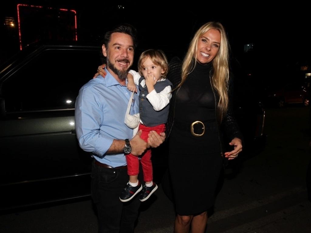 18.abr.2013 - Ao lado do marido, Alexandre Iódice, e do filho, Vittorio, Adriane Galisteu chegam a restaurante, em SP, para comemorar seus 40 anos