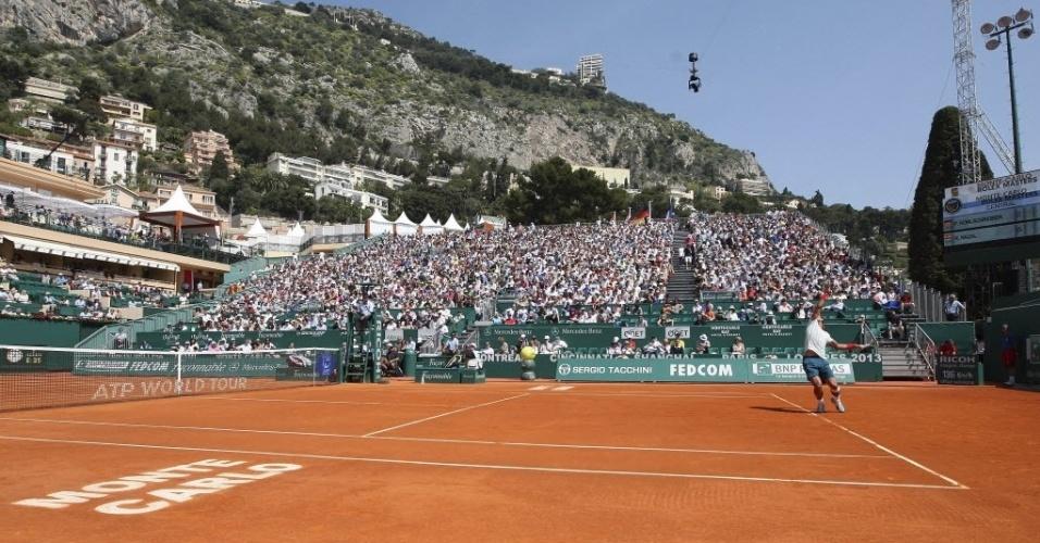 18.abr.2013 - Bela imagem mostra o principado de Mônaco ao fundo da quadra principal do complexo do Masters 1000 de Monte Carlo, enquanto Rafael Nadal saca na vitória sobre Philipp Kolschreiber