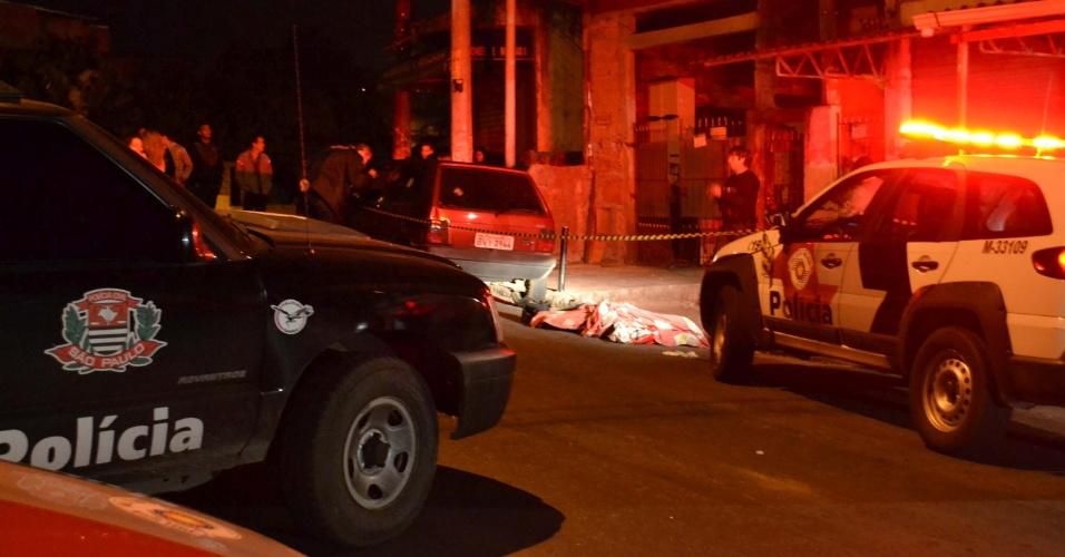18.abr.2013 - Duas pessoas morreram e três ficaram feridas em tiroteio na rua Andrômeda, no Jardim Novo Horizonte, em Carapicuíba (SP). Uma pessoa morreu no local e outra no hospital, onde os três feridos estão internados. Segundo relatos, homens encapuzados em um carro atiraram contra um grupo de jovens que estava em frente a um bar