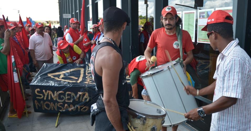 18.abr.2013 - Integrantes do MST (Movimento dos Trabalhadores Rurais Sem Terra) fazem manifestação em frente à sede do Incra (Instituto Nacional de Colonização e Reforma Agrária), em Brasília