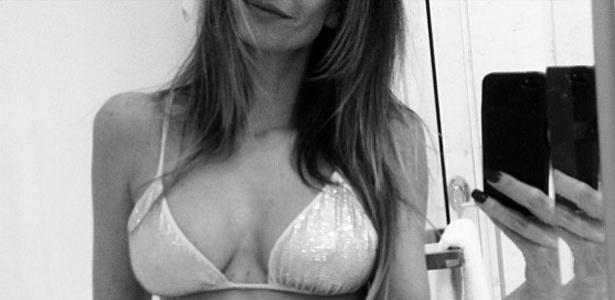 18.abr.2013 - Luciana Gimenez postou uma foto de biquíni no Instagram.