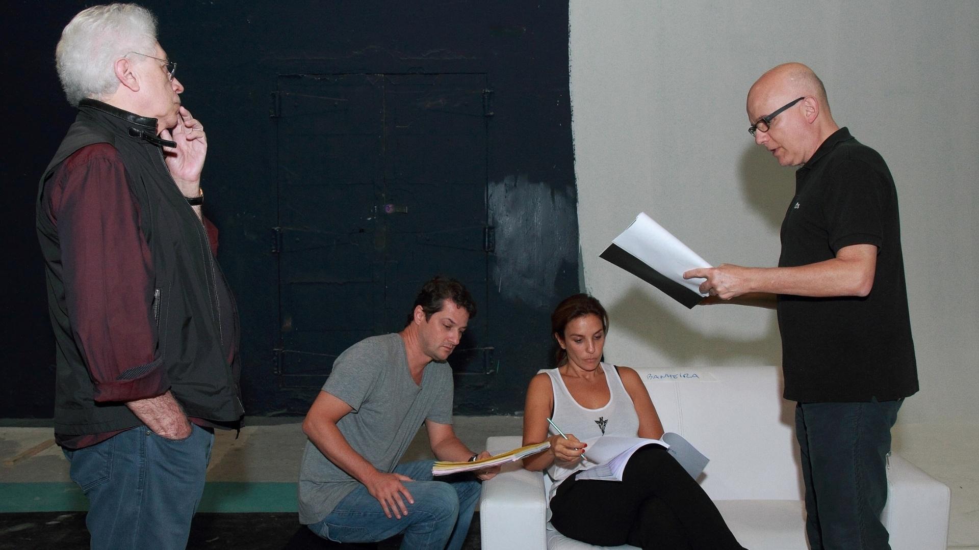 18.abr.2013 - O autor Aguinaldo Silva (à esq.) observa o diretor Bruno Barreto (à dir.) ensaiando com o ator Marcelo Serrado e a cantora Ivete Sangalo para o filme