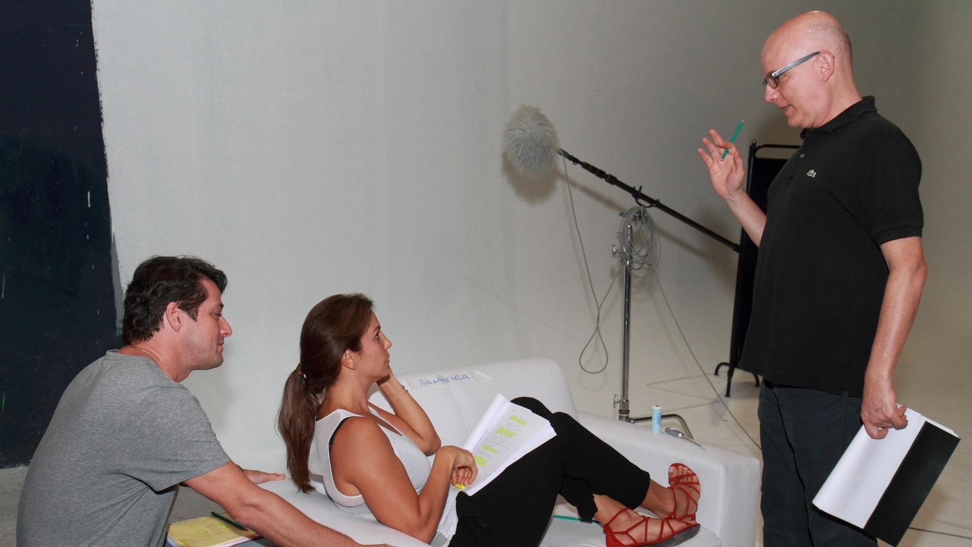 18.abr.2013 - O diretor Bruno Barreto passa o texto com o ator Marcelo Serrado e Ivete Sangalo para o filme