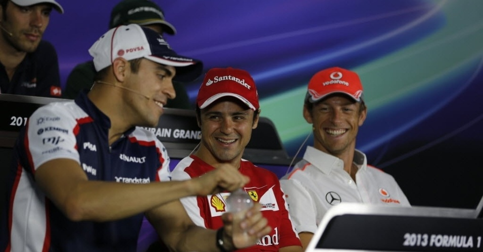 18.abr.2013 - Pastor Maldonado, Felipe Massa e Jenson Button concedem entrevista coletiva no Bahrein