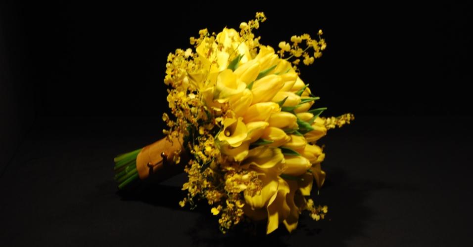 Buquê redondo composto por tulipas, callas amarelas, orquídea chuva de ouro e acabamento de folhagens, por R$ 485; da Reserva Floral (www.reservafloral.com.br)