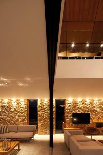 Com a ideia de assegurar a interação total entre os espaços da casa, as portas podem ser completamente abertas como na sala que se transforma numa varanda ampla. Localizada no bairro Itaipava, em Petrópolis (RJ), a residência de montanha é um projeto da arquiteta Flávia Quintanilha
