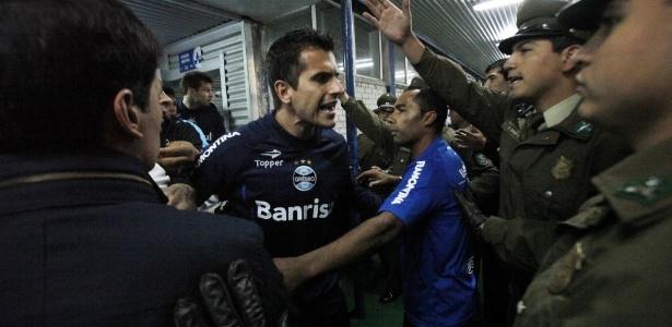 Marcelo Grohe discute com policiais no vestiário do jogo entre Grêmio e Huachipato