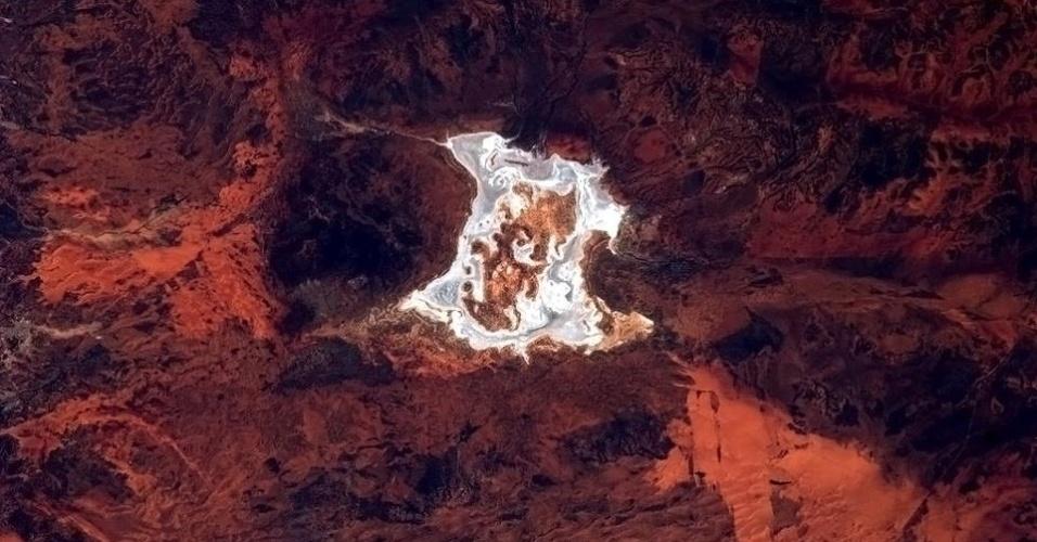 """19.abr.2013 - """"Um respingo de sal branco na paisagem avermelhada do interior da Austrália"""", poetiza o astronauta canadense, na tarde de 18 de abril"""