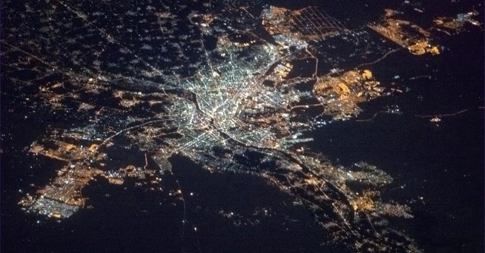 """19.abr.2013 - O rio Nilo """"ganha vida"""" quando chega iluminado ao Cairo, capital do Egito, diz Chris Hadfield. O registro foi feito no dia 18 de abril direto da Estação Espacial Internacional"""