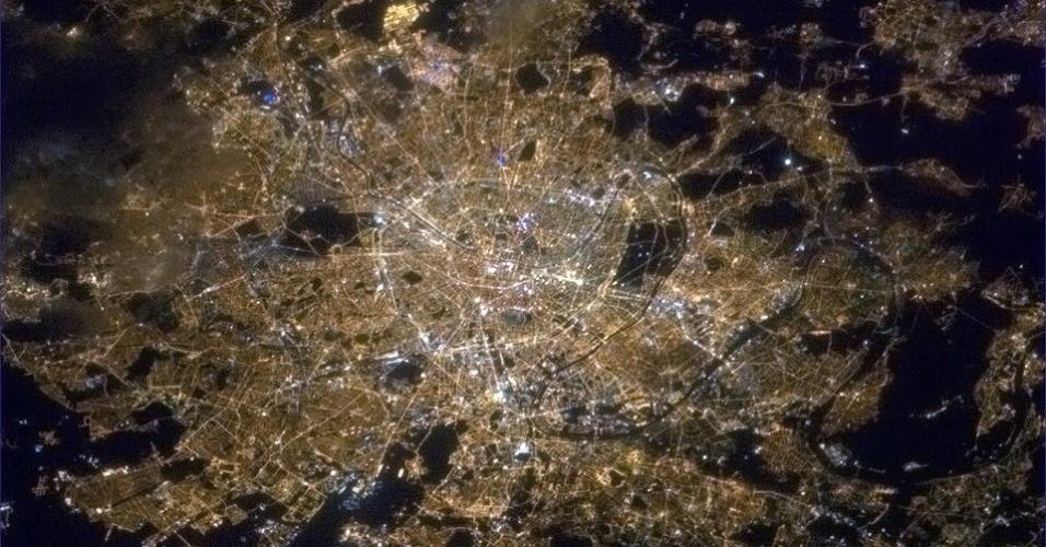 """19.abr.2013 - O astronauta canadense Chris Hadfield evoca o apelido """"Cidade das Luzes"""" para publicar uma foto de Paris, capital da França. """"Até da órbita [da Terra] a brilhante Champs-Elysees é visível"""", escreve no seu twitter, na noite do dia 17 de abril"""