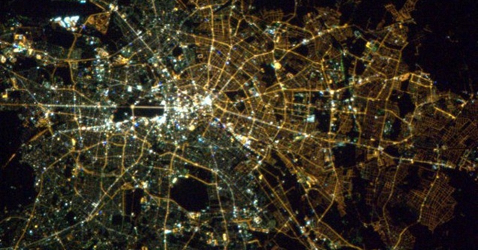 """19.abr.2013 - Na noite de 17 de abril, o chefe da missão 35 da Estação Espacial Internacional voltou suas câmeras para Berlim, na Alemanha. """"Impressionante, acho que as lâmpadas ainda mostram a divisão [da cidade] aqui da órbita [da Terra]"""""""