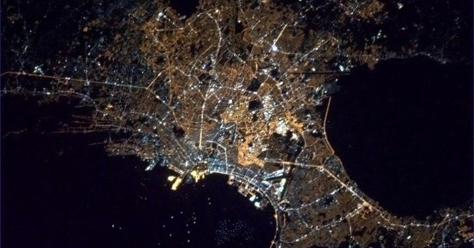 19.abr.2013 - Manila, capital das Filipinas, parece com um vaso de flores quando está iluminada à noite, opina o astronauta Chris Hadfield, no dia 13 de abril