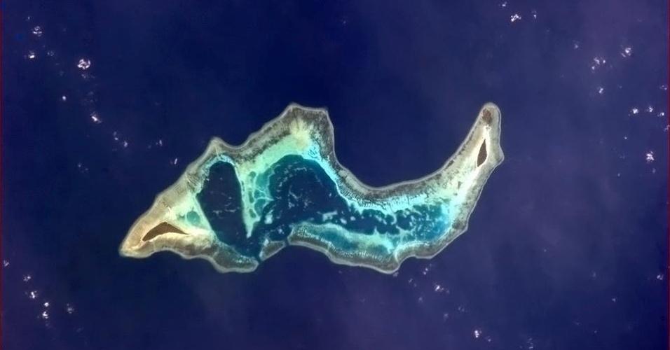 """19.abr.2013 - Uma """"lesma"""" nada nas águas que banham a Indonésia, brinca o canadense sobre o formato de uma ilha na manhã do dia 15 de abril"""