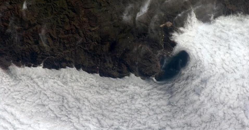 19.abr.2013 - A neblina encobre o Mar Negro neste registro do astronauta Hadfield, no dia 16 de abril