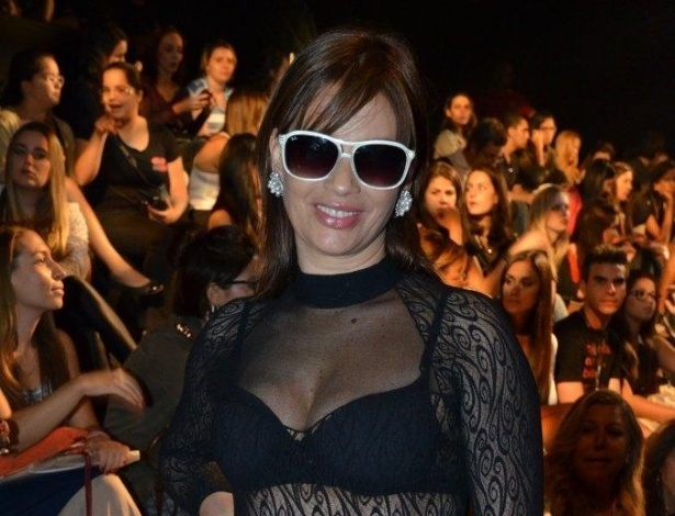 19.abr.2013 - A atriz Isadora Ribeiro prestigia o quinto dia de desfiles do Fashion Rio Verão 2013 na Marina da Glória, zona sul do Rio