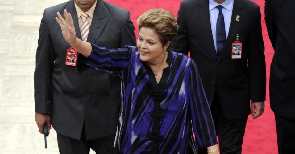 19.abr.2013 - A presidente Dilma Rousseff acena ao chegar à Assembleia Nacional da Venezuela, em Caracas, para a posse de Nicolás Maduro na Presidência do país